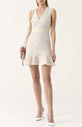 Приталенное кружевное мини-платье с V-образным вырезом Alice + Olivia бежевое   Фото №1