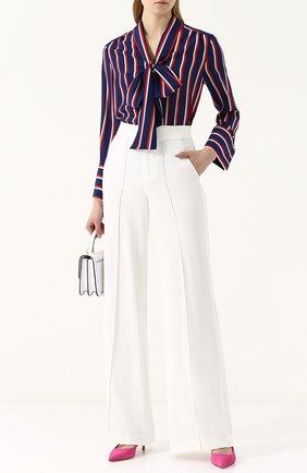 Однотонные расклешенные брюки со стрелками Alice + Olivia белые   Фото №1