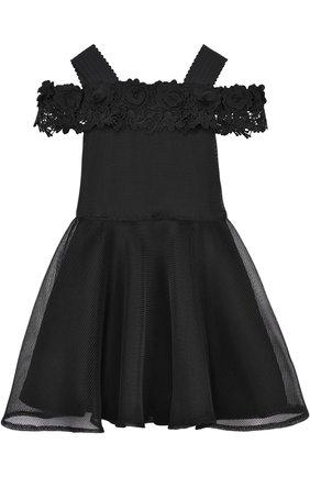 Приталенное платье с кружевной отделкой и открытыми плечами | Фото №1