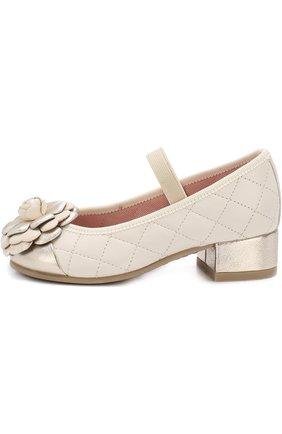Детские кожаные туфли с цветочной аппликацией и прострочкой Pretty Ballerinas бежевого цвета   Фото №1