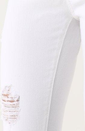 Однотонные джинсы-скинни с потертостями | Фото №5