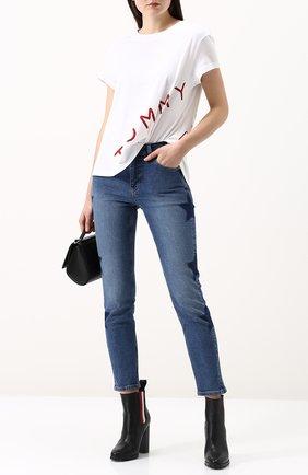 Женская хлопковая футболка свободного кроя с круглым вырезом TOMMY HILFIGER белого цвета, арт. WW0WW21722 | Фото 2 (Рукава: Короткие; Длина (для топов): Стандартные; Материал внешний: Хлопок)