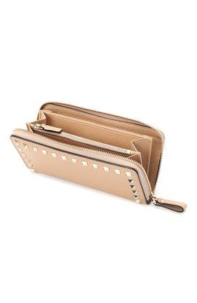 Кожаный кошелек на молнии Valentino Garavani Rockstud Valentino бежевого цвета | Фото №3