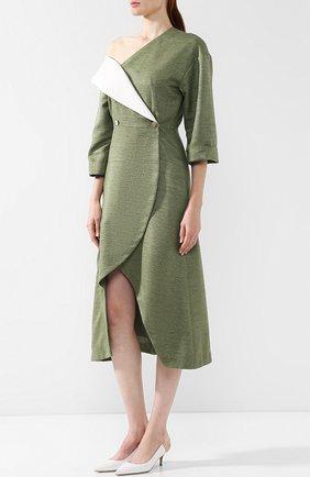 Приталенное платье-миди с открытым плечом   Фото №3