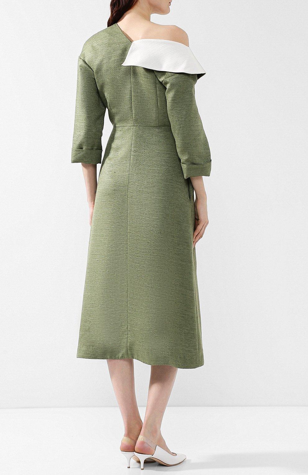 Приталенное платье-миди с открытым плечом   Фото №4