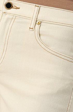 Укороченные джинсы с контрастной прострочкой | Фото №5