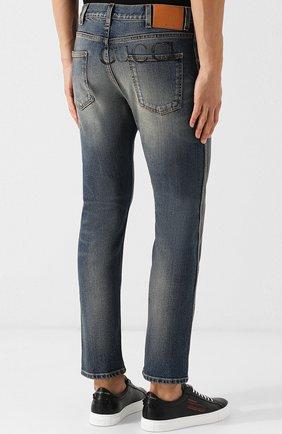 Мужские джинсы прямого кроя с потертостями GUCCI темно-синего цвета, арт. 408637/XRC83   Фото 4