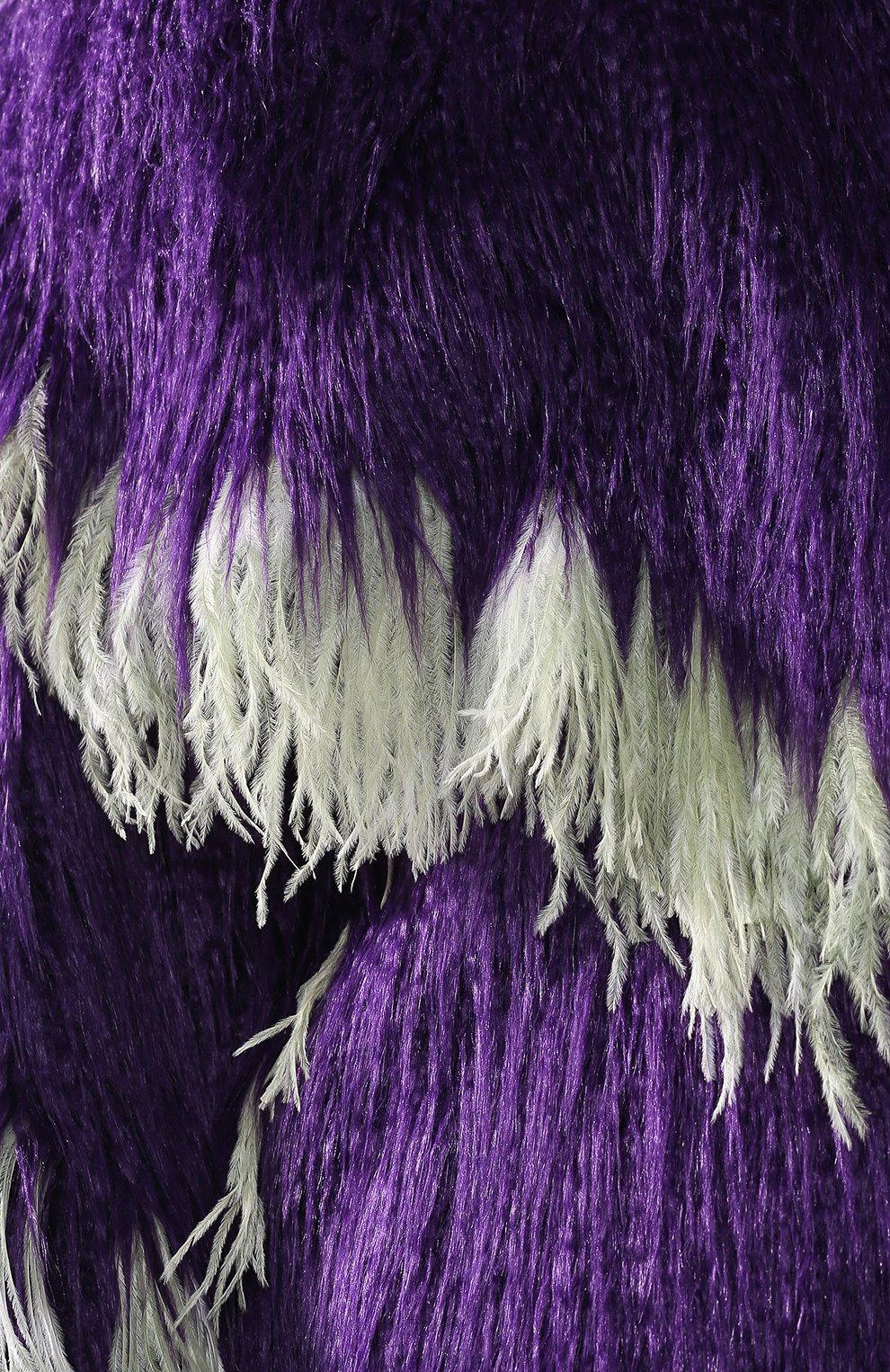 Меховое пальто с контрастными перьями | Фото №5