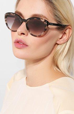 Женские солнцезащитные очки PRADA коричневого цвета, арт. 02VS-3980A7   Фото 2 (Статус проверки: Проверена категория, Проверено; Тип очков: С/з; Очки форма: Cat-eye; Оптика Гендер: оптика-женское)