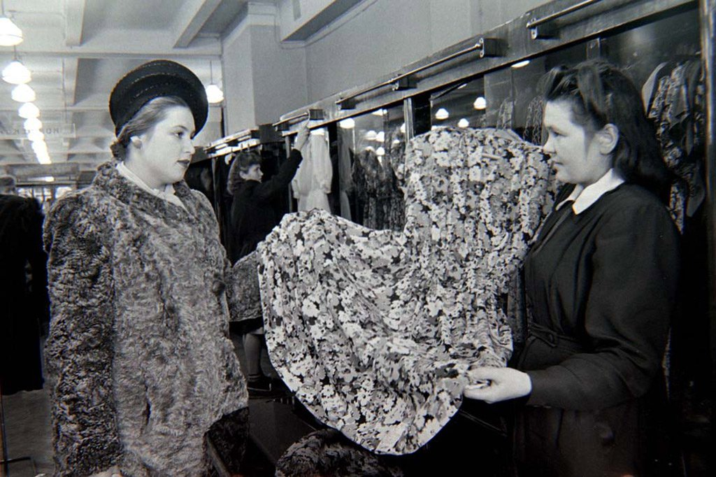 ЦУМ первым из советских магазинов открыл покупателям доступ к товарам.