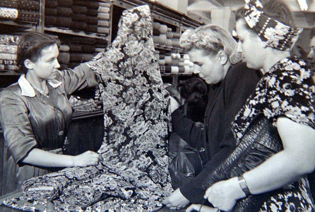 ЦУМ первым из московских магазинов переведен на торговлю без карточек по коммерческим ценам.